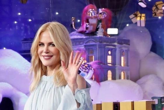 Новости: Николь Кидман открыла рождественские витрины в Париже