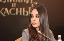 """Мила Кунис приехала на съемки в """"рабочем"""" комбинезоне"""