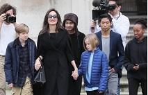 Анджелина Джоли вышла на прогулку с детьми