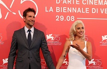 Сплетни: Брэдли Купер и Леди Гага вышли в свет держась за руки