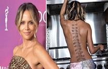 Холли Берри показала татуировку на всю спину