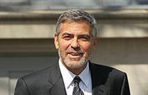 Клуни с женой приютили у себя дома беженца