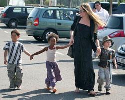 Новости: Анджелина Джоли кормит детей жуками