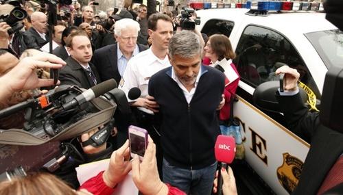 Новости: Джорджа Клуни арестовали, а потом отпустили за 100$
