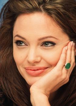 Новости: Анджелина Джоли удалила грудь, чтоб избежать рака