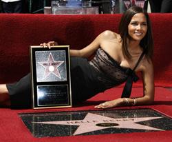 Новости: Холли Берри получила звезду